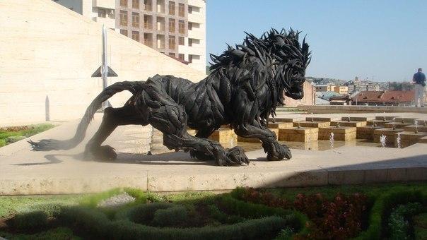 Sculpture made out of tires. Lion 2 by Ji Yong-Ho (Cascade - Armenia)