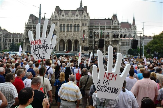 Thousands of Hungarians protested Safarov release in front of the Hungarian parliament on Tuesday