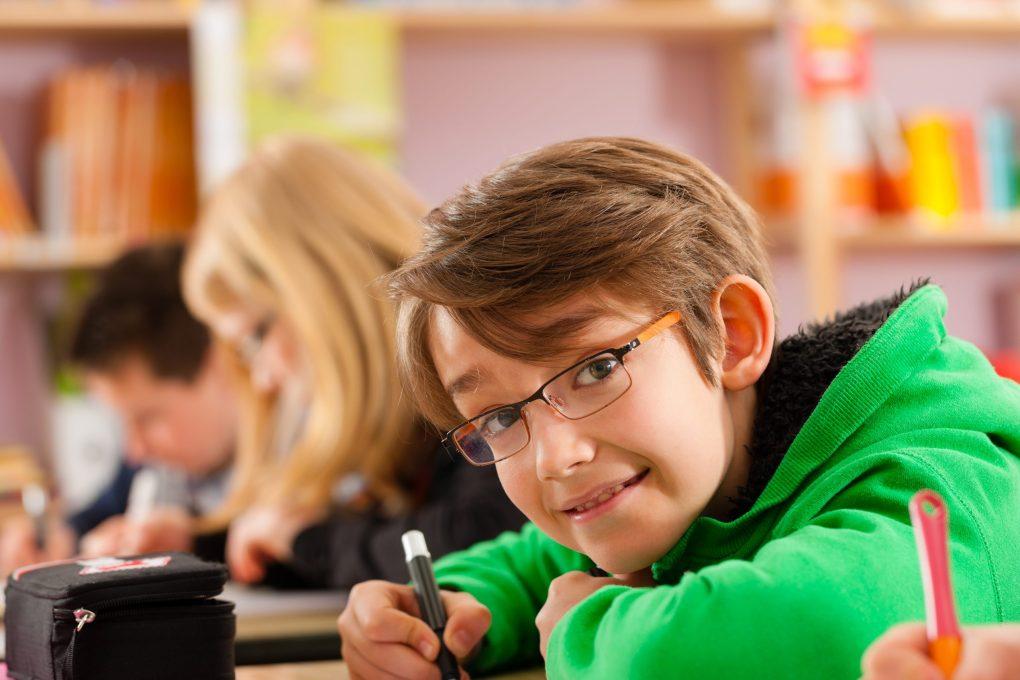 Niño haciendo deberes - PequeIngenieros