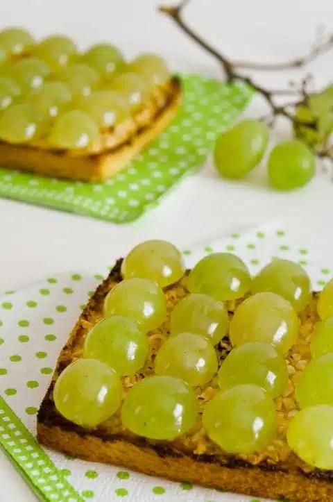 Tostada-de-uvas,-leche-condensada-y-almendras