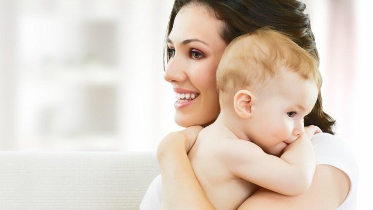 Abrazar a los bebés desde su nacimiento