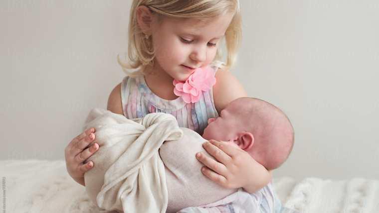 ¿Cómo reaccionan los niños a un nuevo bebé en la familia?