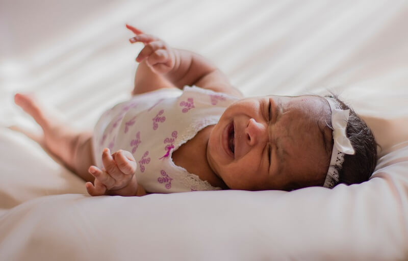 mi bebé se despierta llorando de repente