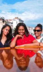 Michelle, Sasha și Malia, cele două fiice ale sale și ale lui Barack Obama.