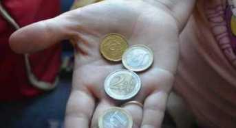 Εισόδημα Κοινωνικής Αλληλεγγύης: Μόνο τα μισά χρήματα σε μετρητά