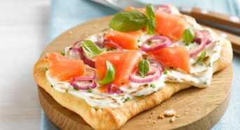 Σνακ με cream crackers με β–γλυκάνη, τυρί τύπου cottage, σολομό και ντοματίνια
