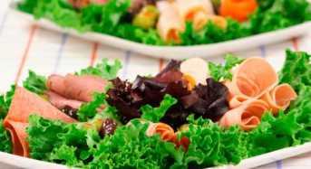 Μεσογειακή σαλάτα με ρεβίθια και καπνιστή γαλοπούλα