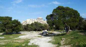 Οι ρομαντικοί προπολεμικοί περίπατοι των Αθηναίων στον λόφο Φιλοπάππου υπό τους ήχους λατέρνας