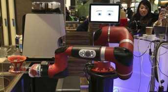 Ρομπότ-μπαρίστα σερβίρει σε καφέ της Ιαπωνίας!