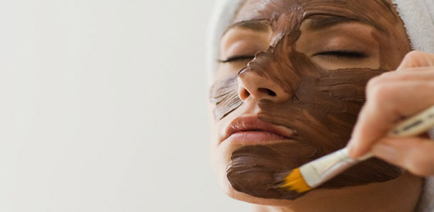 Hidratação caseira com máscara de chocolate para o rosto