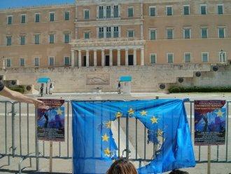 Συναγωνιστές του Μετώπου Κοινωνικής-Εθνικής Απελευθέρωσης καίνε σημαία της ΕΕ μπροστά στη Βουλή