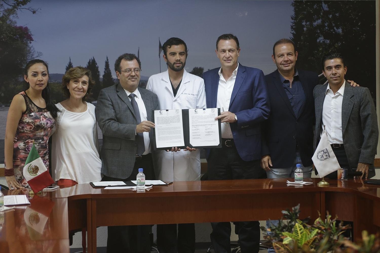 Mauricio Kuri González, presidente municipal de Corregidora, acompañado por Gilberto Herrera Ruiz, rector de la Universidad Autónoma de Querétaro (UAQ), encabezó la firma del convenio de colaboración.