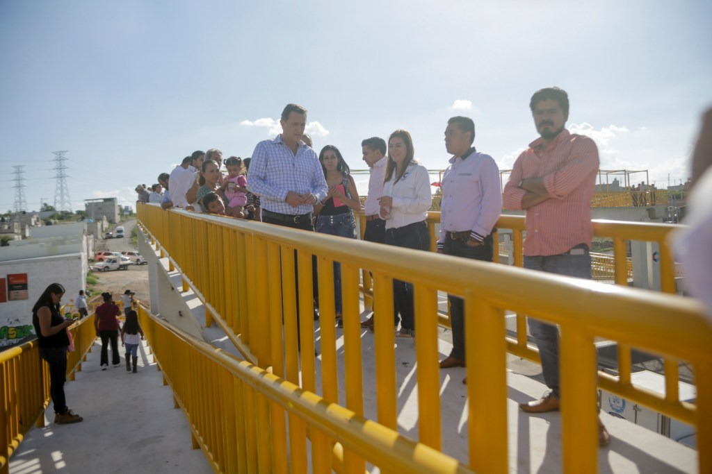 Mauricio Kuri González, entregó un puente peatonal en el acceso a la comunidad de Lourdes, Corregidora.