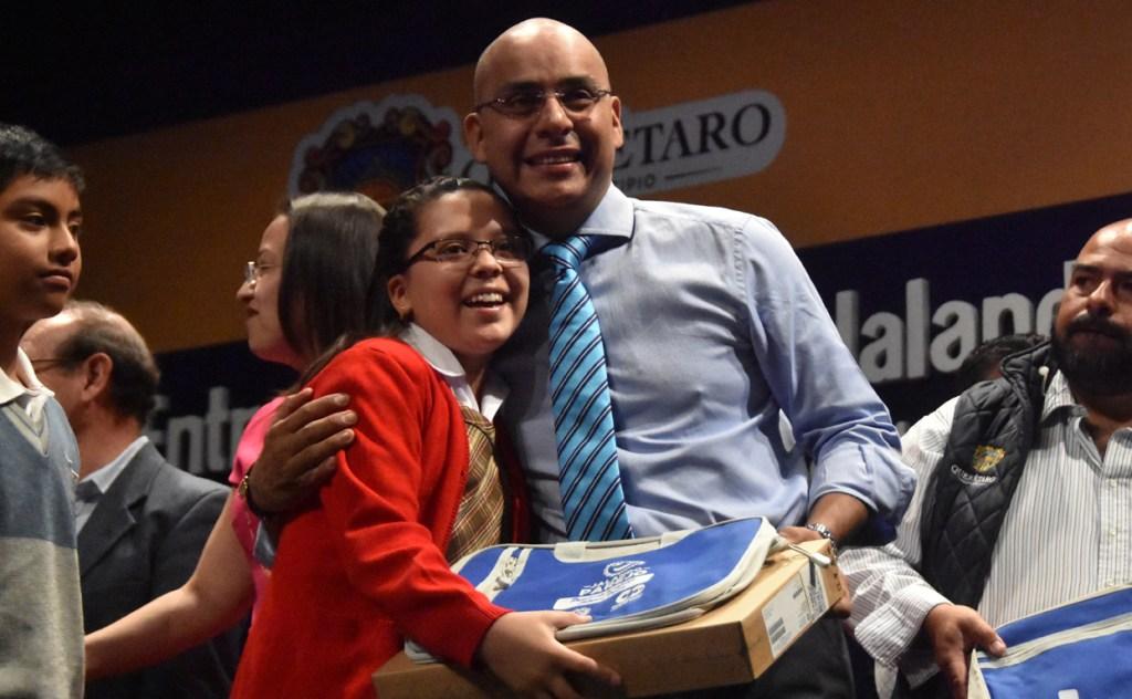 Marcos Aguilar entregó equipos de cómputo en Querétaro Capital