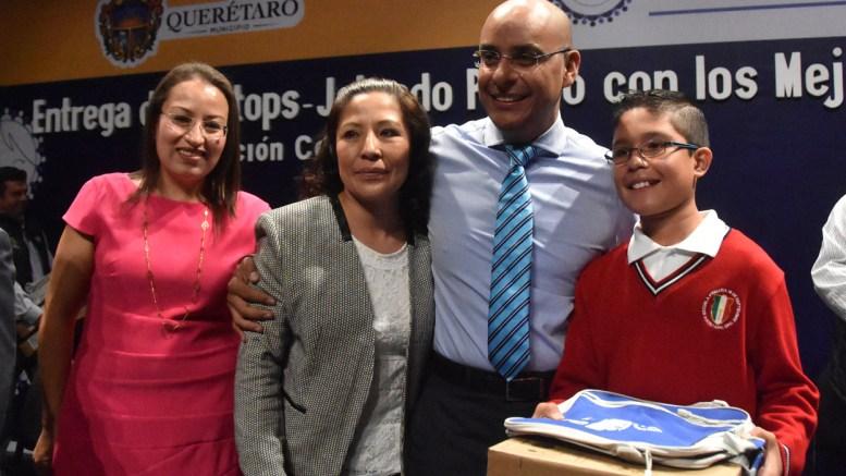 Marcos Aguilar entrega equipos de cómputo a estudiantes destacados