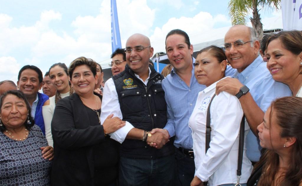 El presidente municipal de Querétaro, Marcos Aguilar Vega, acompañado del gobernador del estado, Francisco Domínguez Servién, dieron el banderazo de arranque de obra