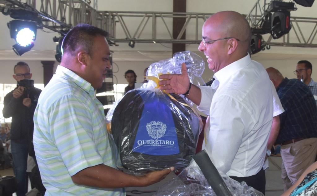 2 mil 570 paquetes con uniformes fueron entregados a personal de la Administración Municipal de Querétaro.