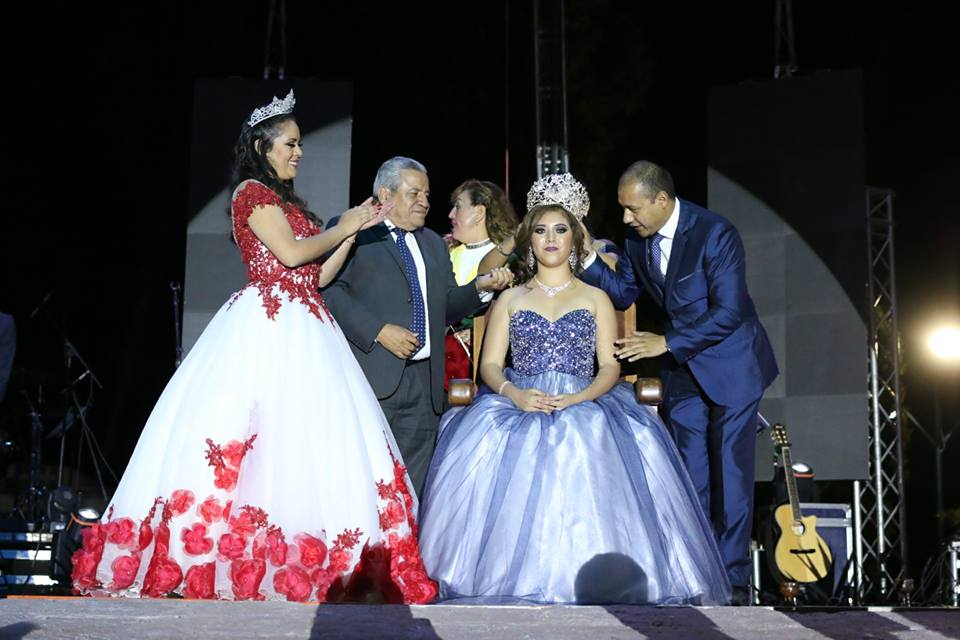 """el alcalde, Alejandro Ochoa Valencia, quien también coronó a la Reina de la Feria """"Daisy"""" primera, en compañía de el Secretario de Educación, Alfredo Botello Montes."""