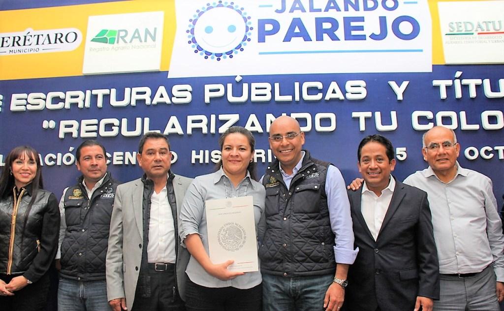 l presidente municipal de Querétaro, Marcos Aguilar Vega, hizo la entrega de 305 títulos de propiedad y escrituras a igual número de familias en las colonias de Querétaro Capital.