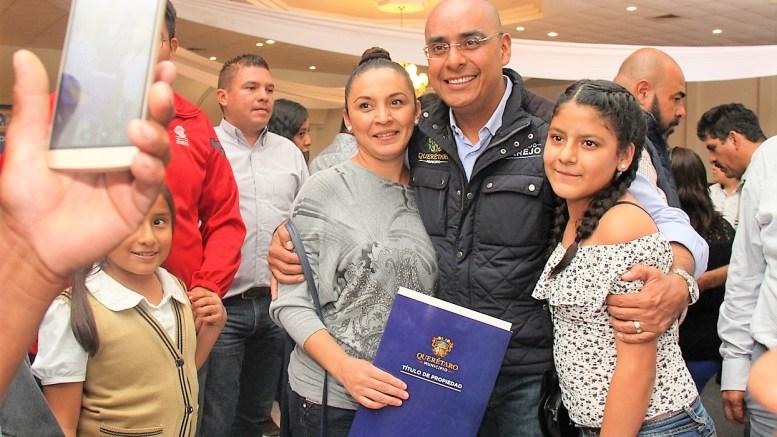 El presidente municipal de Querétaro, Marcos Aguilar Vega, hizo la entrega de 305 títulos de propiedad y escrituras a igual número de familias en las colonias de Querétaro Capital.