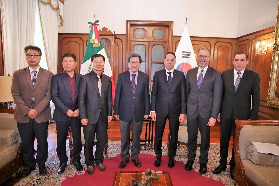 -El Gobernador del Estado, Francisco Domínguez sostuvo una reunión con el embajador de la República de Corea en México, Chun Beeho, y con el Presidente de Samsung Electronics.