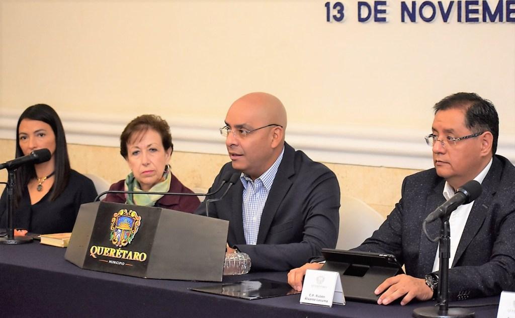 """El Alcalde de la Capital, Marcos Aguilar Vega, presidió la presentación del la app """"VisitaQro""""."""