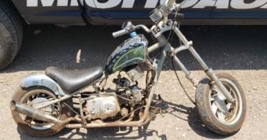 Viajaba en moto ilegal y con droga, es detenido