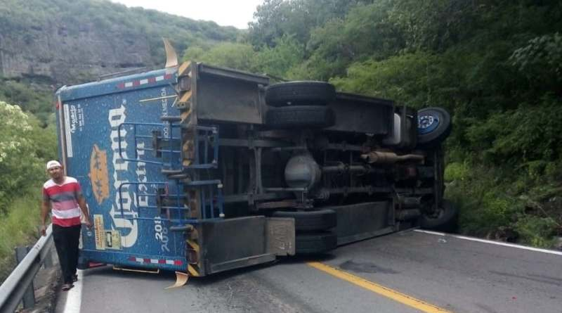 Se accidenta camión empresa cervecera
