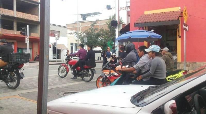 Motociclistas se niegan a conducir con casco