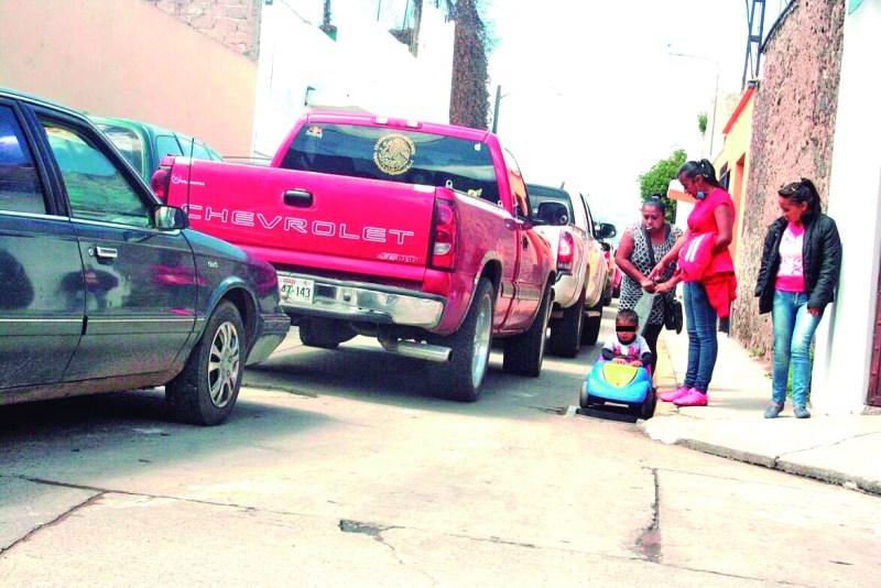 La diversión e ilusión de los niños pueden tener inesperados finales. Durante el Día de Reyes, esta imagen da cuenta del riesgo que representa pasear a los pequeños en sus carritos en el arroyo vehicular. Pero además, la familia transita sin cubre bocas.