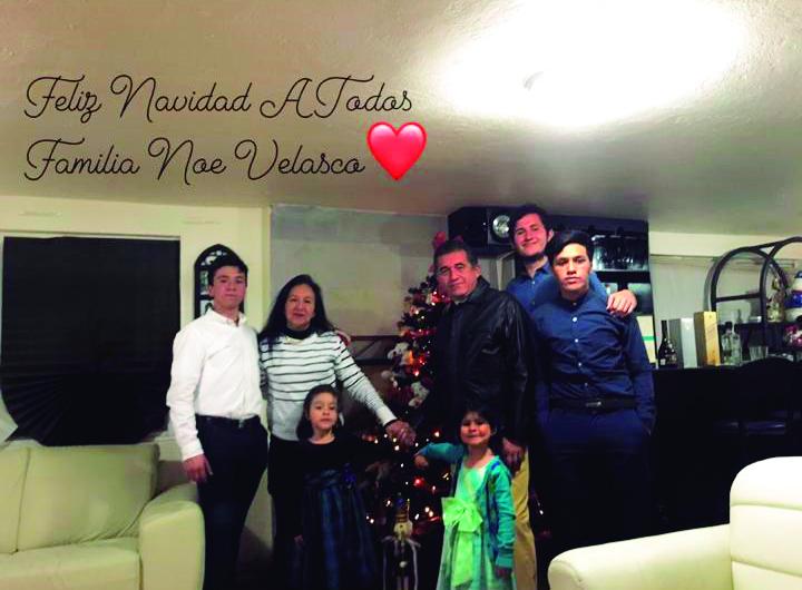 Rosa Gabriela y Toño con su familia.