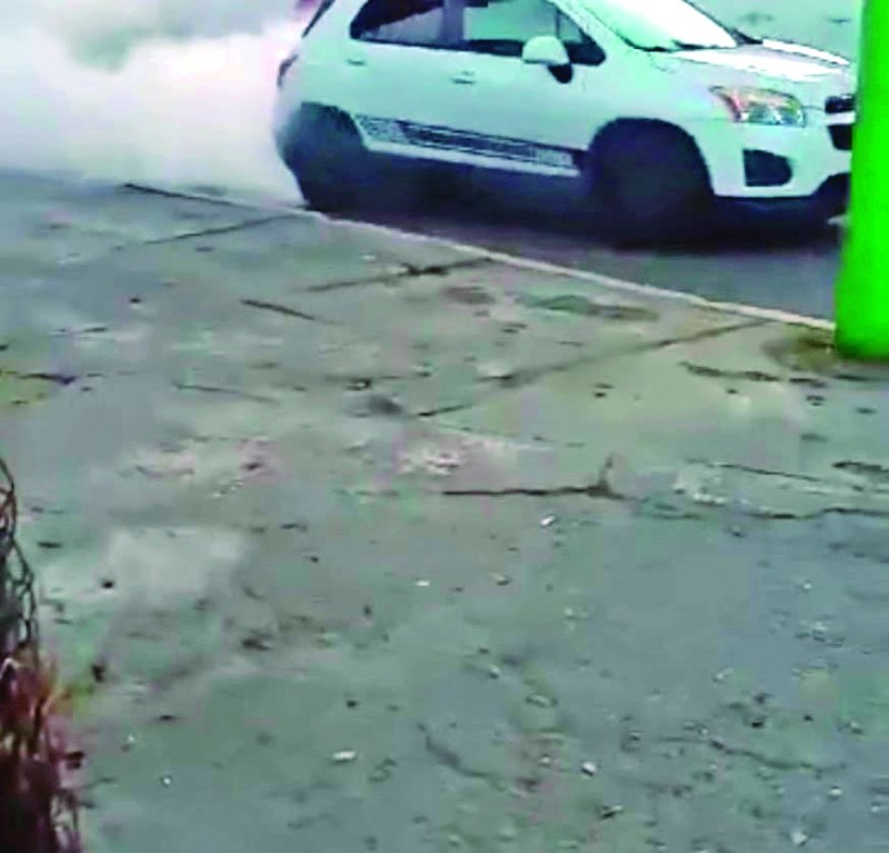 En la calle de la Calzada 5 de Mayo y Primero de Mayo, un automovilista se puso a quemar una llanta, olvidando que es una zona de cruce de peatones y un descuido puede desencadenar una tragedia.