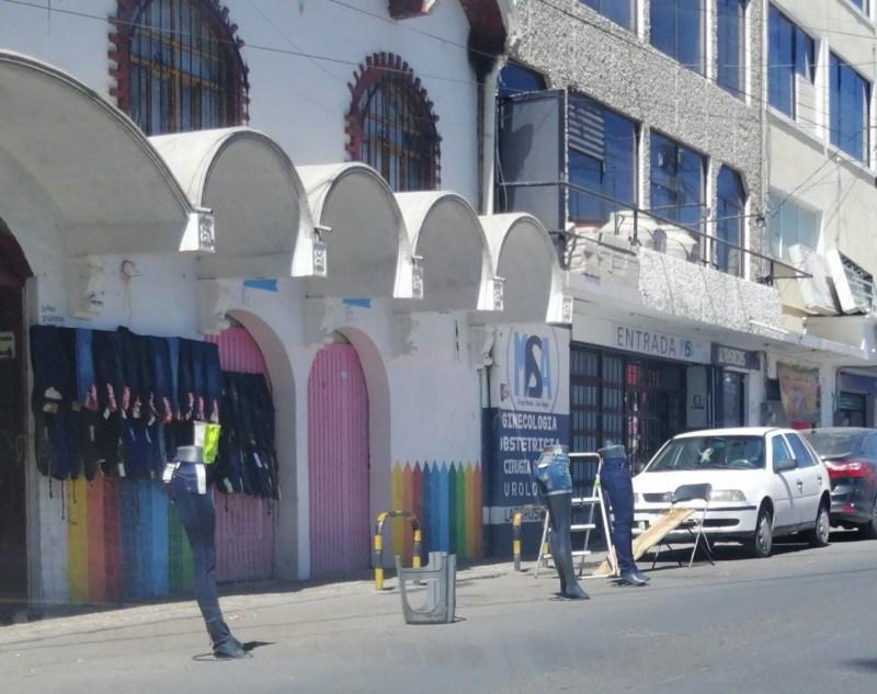 Comerciantes instalados a pie de la carretera Tulancingo – Santiago, invaden el espacio de la vía pública para ocuparlo como extensión de sus establecimientos. Esta situación deberá ser atendida por las autoridades correspondientes, para que no se salga de control.