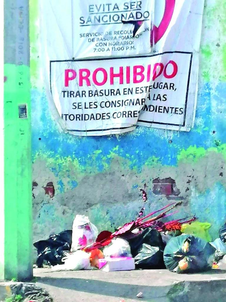 A pesar que en la esquina de Ocampo y 5 de Febrero, en el Centro de Tulancingo, hay una gran lona prohibiendo tirar basura fuera de los horarios establecidos, algunas personas insisten en dejarla a cualquier hora del día.