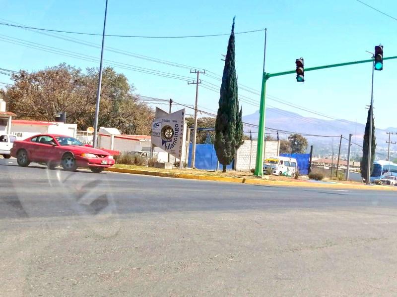 Varios automovilistas usan de manera incorrecta los retornos que están en el corredor vial San José, pues en lugar de ir a la extrema derecha y esperar el turno del semáforo, optan por colocarse en medio de la vialidad, aprovechando lo ancho del camellón.