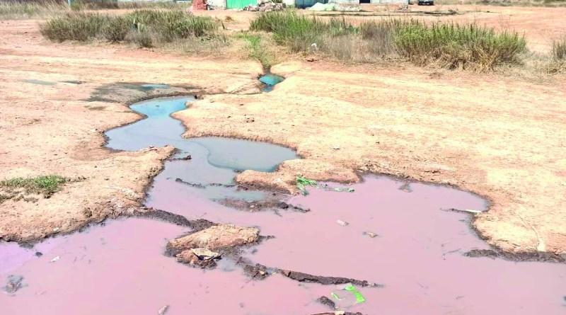 Algunos vecinos de la colonia Ahuehuetitla han señalado la descarga de drenaje sanitario a cielo abierto y que escurre en la presa de dicha colonia. Piden la intevención de la autoridad.