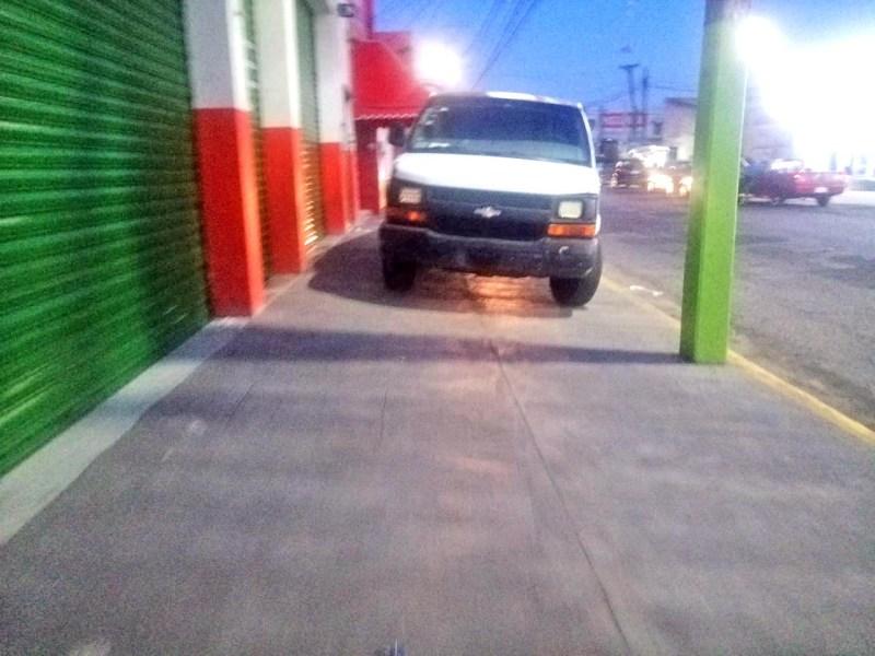 Poca cultura vial mostró el conductor de esta camioneta, que se estacionó sobre la acera de la calle Lázaro Cárdenas, sin importar que puede pasar un persona con silla de ruedas, una madre con su carriola y tendrían que exponer su vida al circular en el arroyó vehicular.