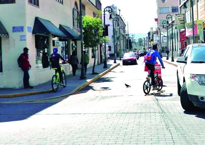 Algunos ciclistas siguen sin entender el peligro de circular en sentido contrario. Varios tambien transitan por las banquetas o zonas peatonales, sin importarles que pueden atropellar a los transeúntes.