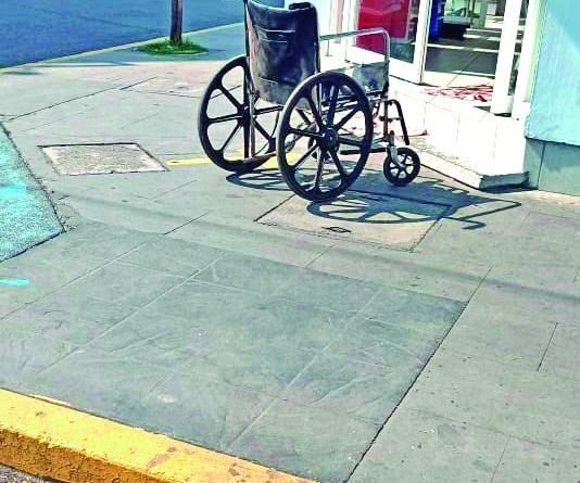 Lamentablemente la mayoría de las banquetas no son aptas para las personas que usan sillas de ruedas para desplazarse, sino que también hay pocos negocios que tienen acceso para este tipo de personas, en este caso, la persona tenía dificultades para caminar pero tuvo que ingresar por unos medicamentos.
