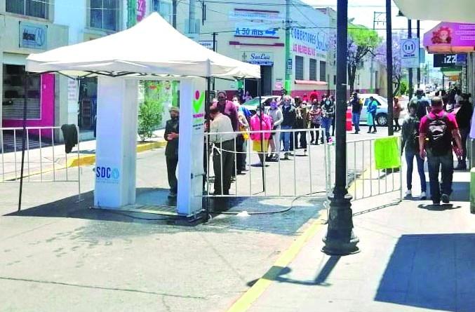 Ayer, lunes, se observó una afluencia constante de personas al centro de Tulancingo. Aparte de hacer fila a la entrada de los filtros, también tuvieron que hacer fila afuera de las instituciones bancarias, pues desde el pasado jueves los principales bancos, no laboraron y reanudaron actividades este lunes.