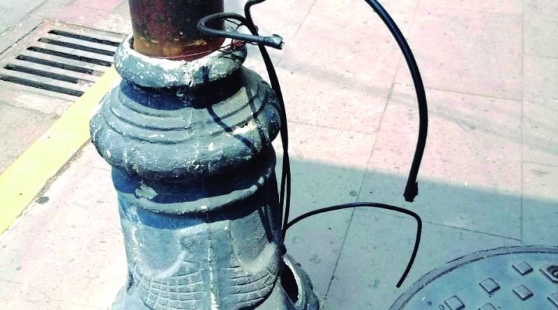 En la calle Parque Juárez casi esquina con Independencia, hay unos cables de luz eléctrica que salen de uno de los postes de los faroles. Si bien tienen la punta aislada, sería mejor, dicen los ciudadanos, que los metieran a la estructura del poste y así nulificar todo riesgo de recibir una descarga eléctrica.