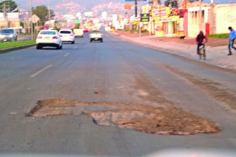 Un peligro representa el bache de grandes dimensiones que surgió con las recientes lluvias en la carretera federal México – Tuxpan, frente al Club Campestre Tulancingo, situación que deberá arreglar la autoridad correspondiente para evitar accidentes.
