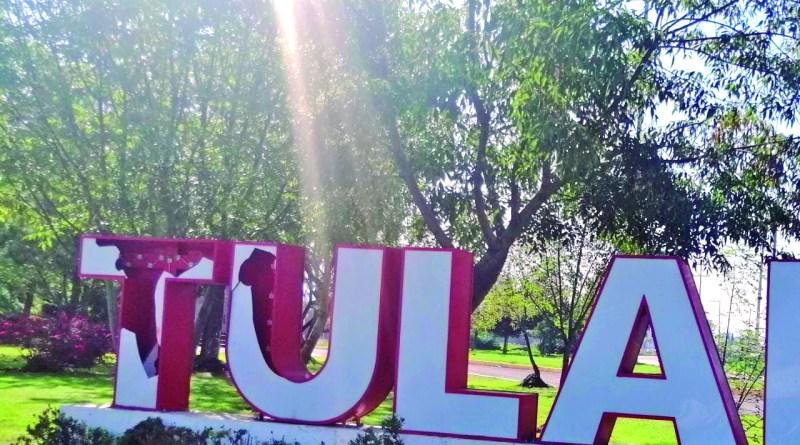 Dos letras monumentales que forman parte del nombre Tulancingo en el área del monumento a Miguel Hidalgo, ya lucen rotas de la parte frontal.