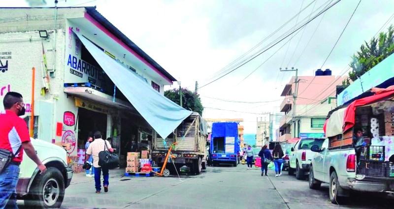 El tiempo pasa y la calle de Ocampo, en las inmediaciones de la Central de Abastos, sigue siendo una tierra sin ley. Automovilistas se estacionan en doble fila, invaden las banquetas y obligan a que los transeuntes caminen por el arroyo vehicular.