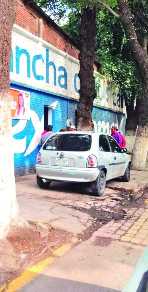 Los usuarios de una cancha de fútbol en la Calzada 5 de Mayo siguen usando la banqueta como estacionamiento, sin importar que obstruye el camino seguro de los peatones.