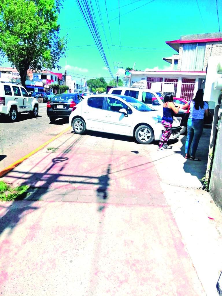 La tienda Elektra que recién abrió sus puertas en la calle de Lázaro Cárdenas, frente al antiguo Hospital General, deberá ser regulada por las autoridades de Movilidad, para que no obstaculicen la banqueta y pongan en riesgo la integridad de los peatones.