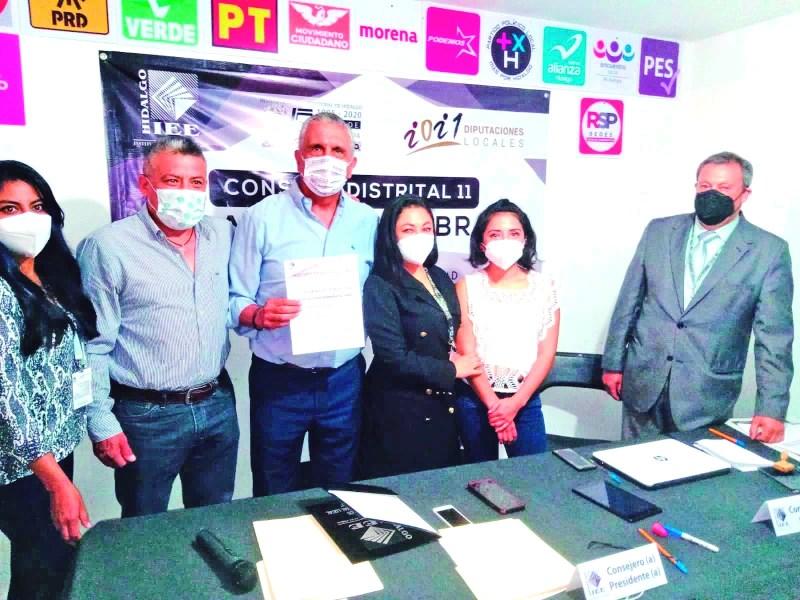 Dr. Antonio Hernández Vera, recibe su constancia de mayoría como diputado electo por el XI Distrito Electoral de Tulancingo. Lo acompaña el suplente, Juan José Trejo.