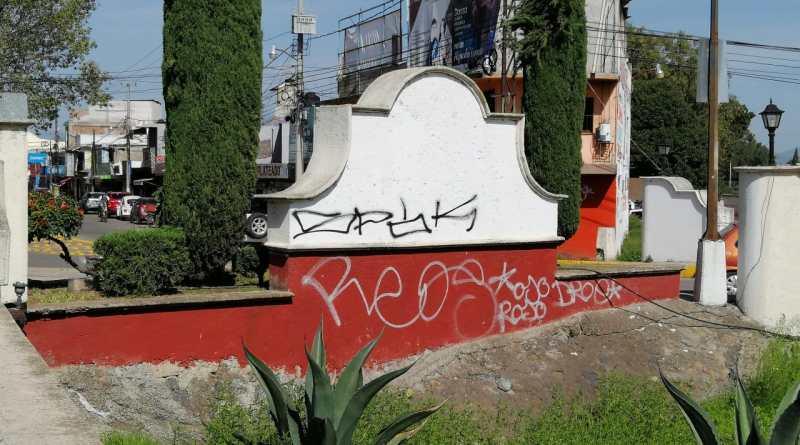 Los grafiteros no dan tregua y aprovechan cualquier espacio, para hacer pintas, ya sea en propiedad privada o pública.