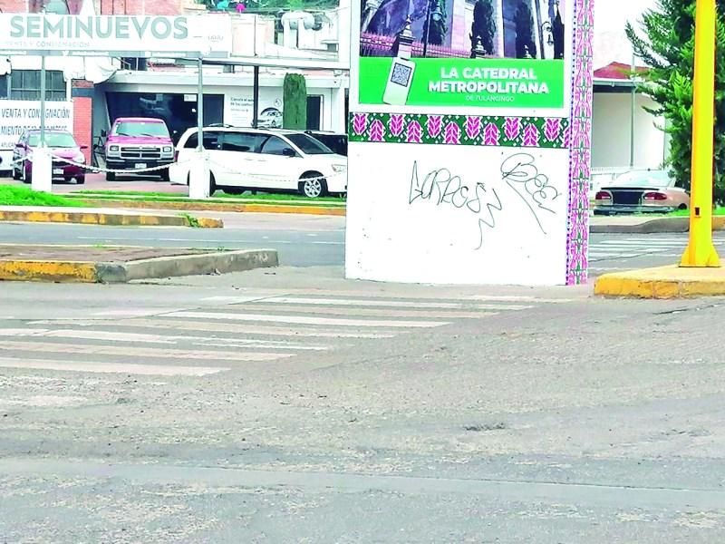 Mientras se hacen intentos por embellecer la infraestructura urbana, hay un sector de la población que busca manifestarse con pintas y grafitis, tal como aparece en la gráfica que a una semana de que se colocaron las lonas en el puente bicentenario, ya aparecieron los primeros grafitis.