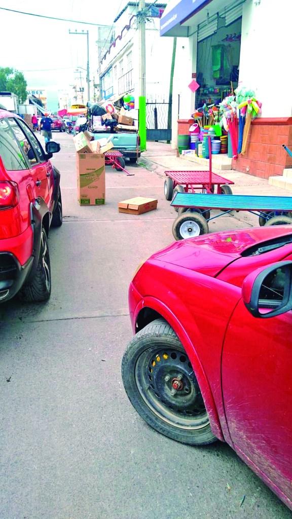 Los problemas en la calle Ocampo y Durango, en las inmediaciones de la Central de Abastos continúan. Comerciantes insisten en obstruir el arroyo vehicular con diversos objetos o mercancía, provocando conflictos viales.